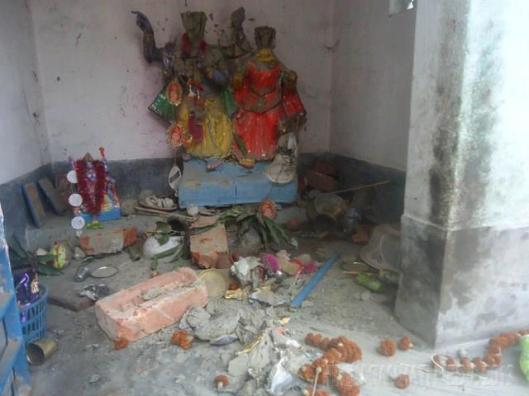 हिन्दुओ के एक मंदिर में तोड़फोड़ व् आगजनी